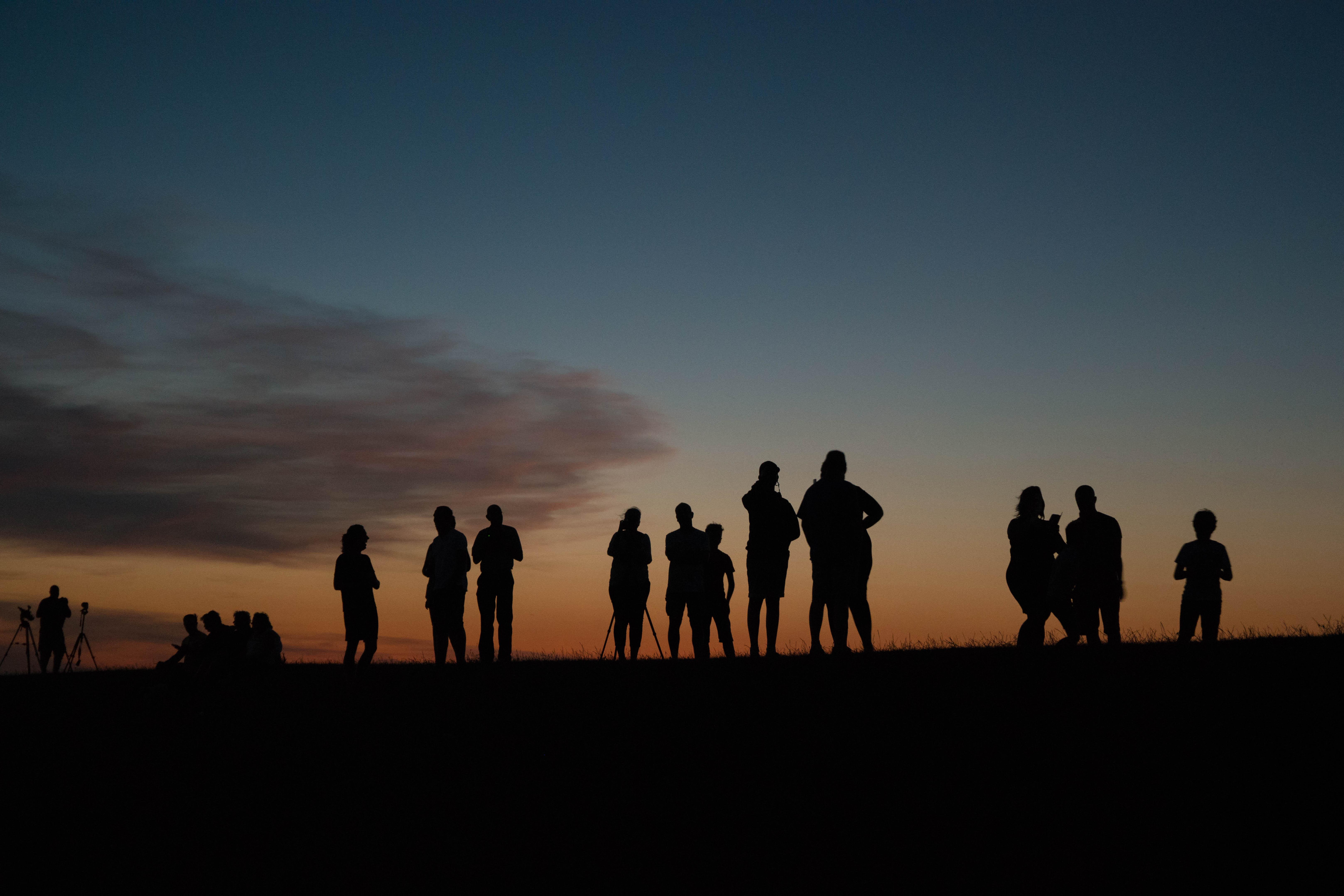 WM-Fotografen, silhouetten op de dijk Moddergat